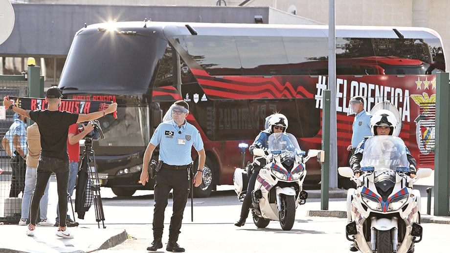 SEGURANÇA. Autoridades em força e alguns adeptos na chegada da águia ao Porto