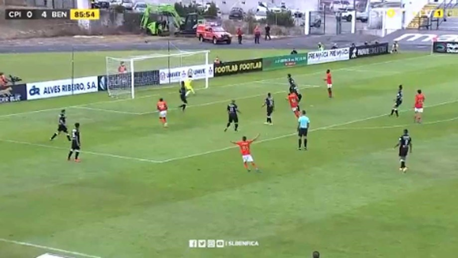 O grande golo de Ronaldo Camará a culminar jogada que começou no guarda-redes do Benfica B
