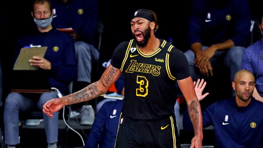 Triplo de Anthony Davis sob a buzina amplia vantagem dos Lakers na final do oeste