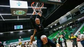 Até Luís Magalhães andou 'pendurado' no cesto: a festa do título do Sporting no basquetebol