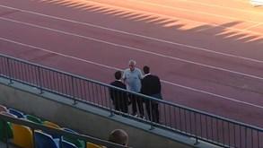 Mourinho à conversa com elementos da Roma minutos antes da partida no Algarve