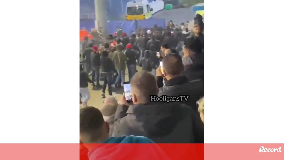 Ultras alemães invadem relvado e atacam adeptos do Genk em jogo da Youth League